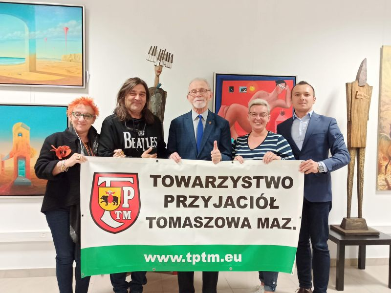 Na zdjęciu nowo wybrany zarząd TPTM z banerem stowarzyszenia. Fotograsfia wykonana w Galerii Arkady