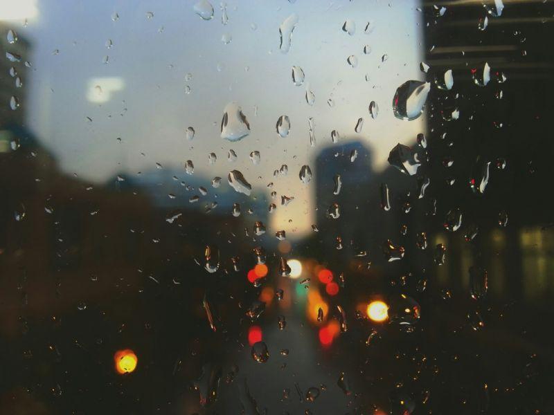 Na zdjęciu widoczne są krople deszczu na szybie