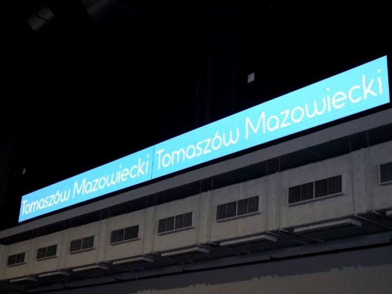 Na zdjęciu rozświetlona banda ledowa na Arenie z napisem