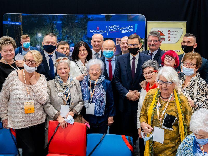 Na zdjęciu uczestnicy Ogólnopolskich Senioraliów zdjęcie grupowe z premierem Morawieckim oraz władzami miasta i powiatu