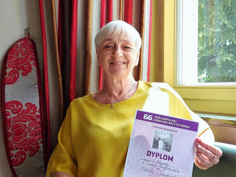 Na zdjęciu Elżbieta Jakóbczyk - finalistka 66.OKR. W rękach trzyma dyplom