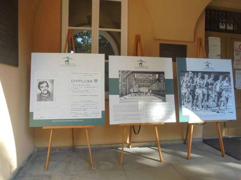 Na zdjęciu trzy tablice z historią biegacza Bronisława Malinowskiego, patrona tomaszowskiego biegu jego imienia, składające się na wystawę w muzeum poświęconą imprezie