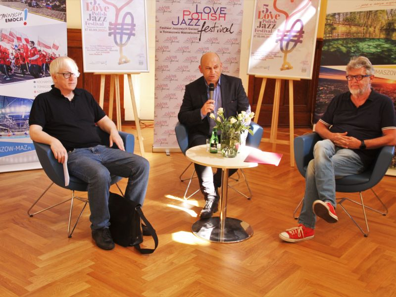 Na zdjęciu konferencja dotycząca Love Polish Jazz Festival w sali obrad UM. Na fotografii prezydent miasta, dyrektor MCK i dyrektor artystyczny festiwalu podczas omawiania programu