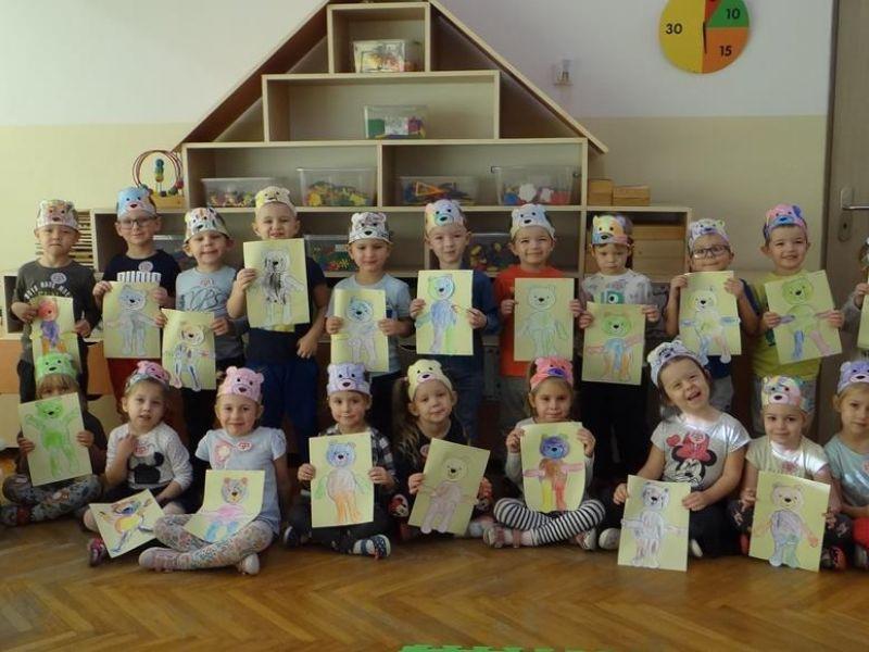Na zdjęciu przedszkolaki z Przedszkola nr 7 prezentuja prace plastyczne związane z tematem