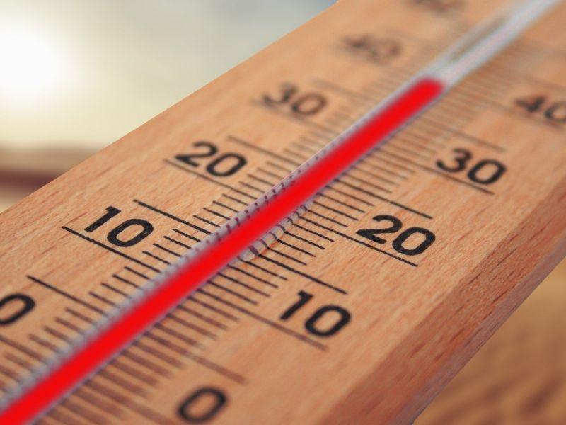Na zdjęciu termometr celcjusza. Podziałka pokazuje wysoką temperaturę
