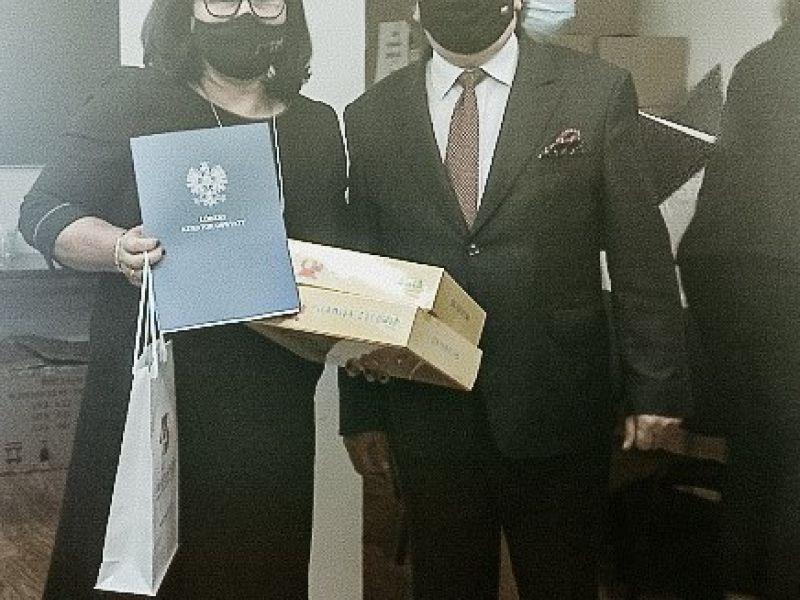 Na zdjęciu dyrektorka SP nr 14 przyjmuje z rąk wicekuratora certyfikat promocji zdrowia