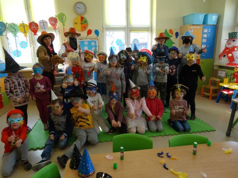 Na zdjęciu przedszkolaki w przebraniach karnawałowych pozujące do zdjęcia zbiorowego