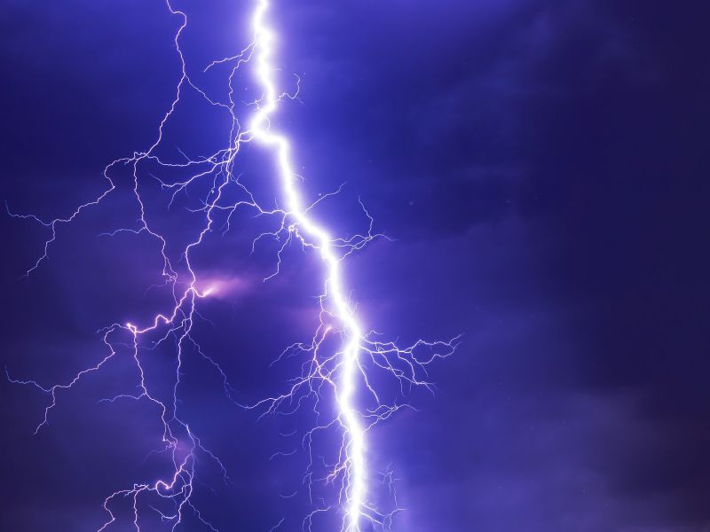 Na zdjęciu piorun podczas wyadowania w czasie gwałtownej burzy