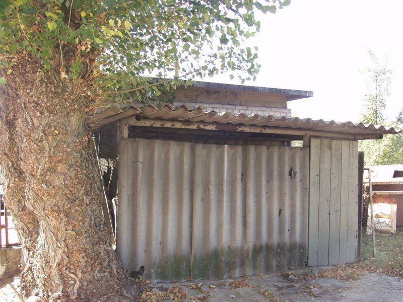 Na zdjęciu stara szopa zbudowana z elementów azbestowych