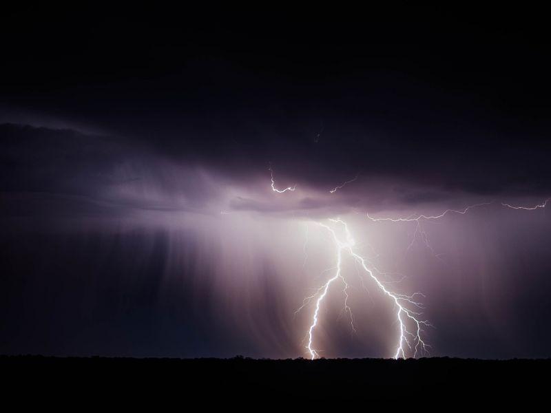 Na zdjęciu burza, błyski piorunów
