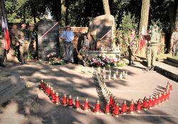 Na zdjęciu uroczystość upamiętnienia rocznicy Powstania Warszawskiego - honorowe warty, znak PW ułożony z 63 zniczy