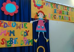 Na zdjeciu dekoracja do Międzyprzedszkolnego Konkursu Recytatorskiego. Na zdjęciu postać PIPI i kolorowe literki z kolorowego papieru