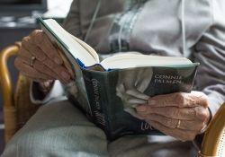 Osoby starsze mogą wypożyczyć książkę z biblioteki nie wychodząc z domu