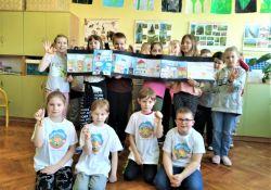 Na zdjęciu uczniowie SP nr 8 z narysowanym przez siebie komiksem na temat ciepła w ramach programu edukacyjnego
